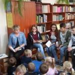 Starsi czytają młodszym